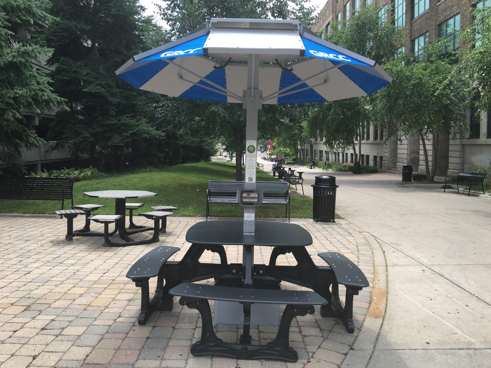 GRCC Installs Solar Powered Tables The Collegiate Live - Solar picnic table